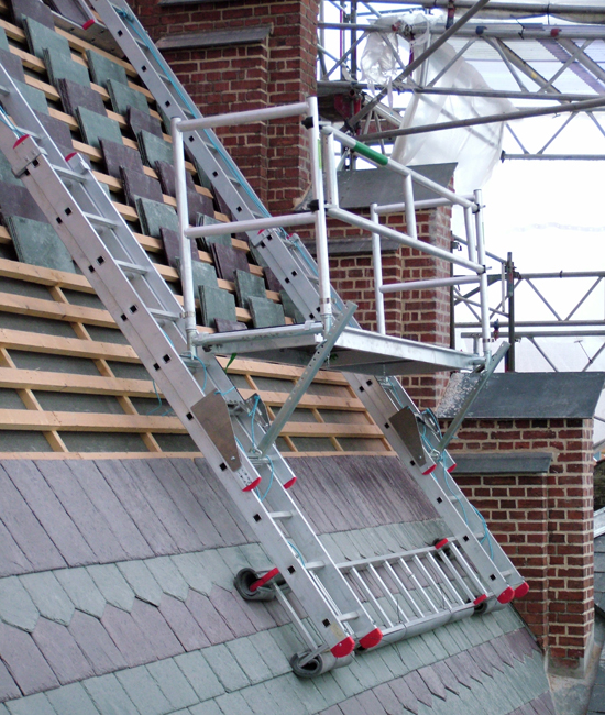 Roof scaffolding with fixed ladder of 5.0 m.
